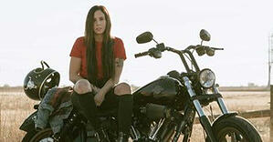 Women_sitting_on_a_motorcycle_575x300